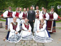Tanzgruppe mit Bernd Fabritius in Wels