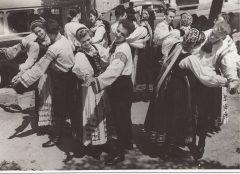 Tanzgruppe Bistritz mit Hauben / Windauer Tracht