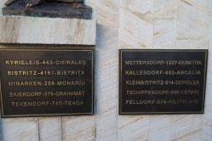 Gedenktafeln mit den evakuierten Ortschaften in deutscher und rumänischer Sprache mit der Zahl der Evakuierten pro Ortschaft